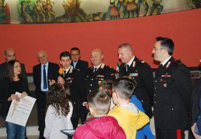 I bambini di San Mango premiano il Comandante e due addetti della Stazione Carabinieri di Sapri.